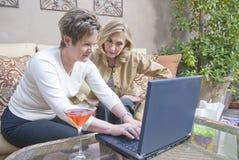 Mujeres con el ordenador portátil Fotografía de archivo