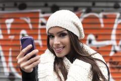Mujeres con el teléfono elegante Foto de archivo libre de regalías