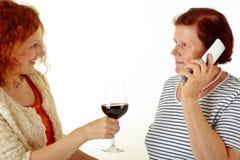 Mujeres con el vino rojo Fotos de archivo libres de regalías