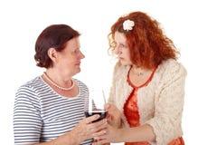 Mujeres con el vino rojo Imágenes de archivo libres de regalías