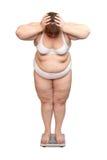Mujeres con exceso de peso en escalas imagenes de archivo