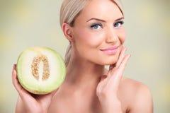 Mujeres con gracias sanos de la piel a los melones imagenes de archivo