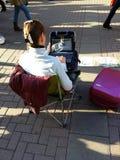 Mujeres con la computadora portátil fotografía de archivo libre de regalías
