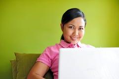 Mujeres con la computadora portátil imágenes de archivo libres de regalías