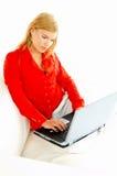 Mujeres con la computadora portátil en el sofá Fotos de archivo libres de regalías