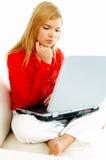Mujeres con la computadora portátil en el sofá Fotografía de archivo libre de regalías