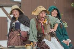 Mujeres con la ejecución medieval de los trajes Imágenes de archivo libres de regalías