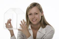 Mujeres con la mano transparente de la pequeña casa fotografía de archivo libre de regalías