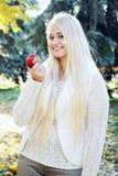 Mujeres con la manzana roja Fotos de archivo libres de regalías