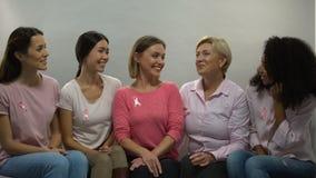 Mujeres con las cintas rosadas que comparten la experiencia, conciencia nacional del cáncer de pecho almacen de metraje de vídeo