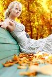 Mujeres con las hojas del otoño Fotografía de archivo libre de regalías