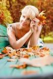 Mujeres con las hojas del otoño Fotos de archivo libres de regalías