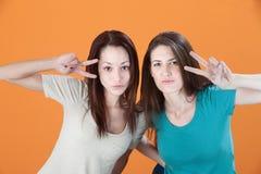 Mujeres con las muestras de la mano del símbolo de paz Imagen de archivo