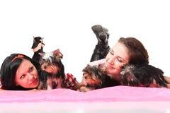 Mujeres con los animales domésticos Imagen de archivo