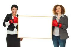 Mujeres con los guantes y la bandera de boxeo foto de archivo libre de regalías