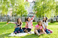 Mujeres con los niños en el parque Fotos de archivo libres de regalías