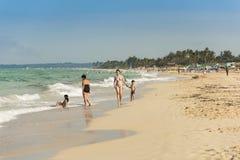 Mujeres con los niños en la playa La Habana Foto de archivo