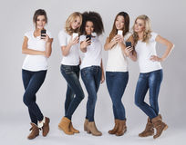 Mujeres con los teléfonos elegantes Fotografía de archivo
