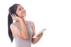 mujeres con PC y los auriculares de la tableta Fotos de archivo libres de regalías