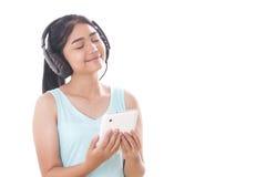 mujeres con PC y los auriculares de la tableta Imágenes de archivo libres de regalías