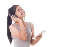 mujeres con PC y los auriculares de la tableta Foto de archivo