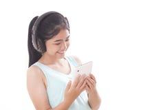 mujeres con PC y los auriculares de la tableta Imagen de archivo libre de regalías