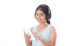 mujeres con PC y los auriculares de la tableta Fotografía de archivo libre de regalías