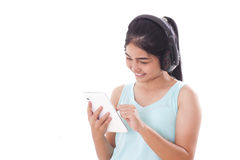 mujeres con PC y los auriculares de la tableta Imagenes de archivo