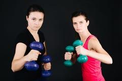 Mujeres con pesas de gimnasia Fotos de archivo libres de regalías