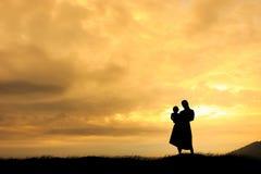 Mujeres con su niño durante puesta del sol Fotos de archivo libres de regalías
