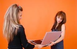 Mujeres con una computadora portátil fotografía de archivo