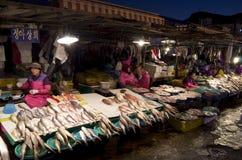 Mujeres coreanas que trabajan en el mercado de pescados Foto de archivo libre de regalías