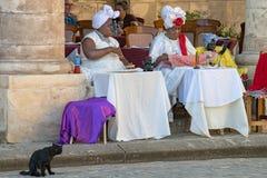Mujeres cubanas de la magia negra con el gato negro, adivino, La Habana, Cuba fotos de archivo libres de regalías