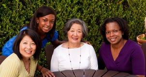 Mujeres culturales y generacionales multi felices Imagen de archivo libre de regalías