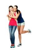 Mujeres de abarcamiento y laughiing del soporte de dos jóvenes Imagenes de archivo