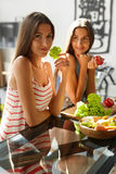Mujeres de consumición sanas que cocinan la ensalada en cocina Comida de la dieta de la aptitud foto de archivo