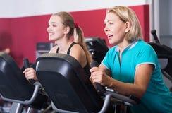 Mujeres de diverso entrenamiento de la edad en exercycle Fotos de archivo libres de regalías