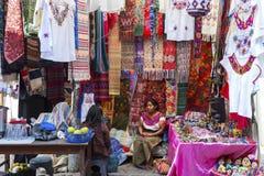 Mujeres de Guatemala del día de mercado de Chichicastenango que venden la materia textil y la ropa fotografía de archivo