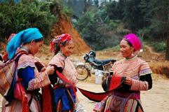 Mujeres de Hmong que charlan en el mercado en Yen Bai, Vietnam Fotos de archivo libres de regalías