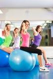 Mujeres de la aptitud de la gimnasia - entrenamiento y entrenamiento Imagen de archivo