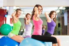 Mujeres de la aptitud de la gimnasia - entrenamiento y entrenamiento Foto de archivo libre de regalías