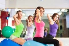 Mujeres de la aptitud de la gimnasia - entrenamiento y entrenamiento Imagen de archivo libre de regalías