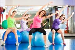 Mujeres de la aptitud del gimnasio - entrenamiento y entrenamiento Foto de archivo libre de regalías