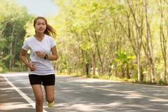 Mujeres de la belleza que corren en el camino rural en la actividad de la mañana sana Fotos de archivo