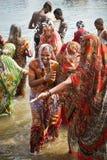 mujeres de la India que gozan del agua Foto de archivo libre de regalías
