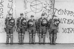Mujeres de la policía que esperan en fila en mujeres internacionales día el 8 de marzo en las calles del centro de ciudad de Sant imágenes de archivo libres de regalías