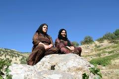 Mujeres de la remolque que se sientan en roca Fotos de archivo libres de regalías