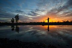 Mujeres de la silueta en la puesta del sol imagen de archivo libre de regalías