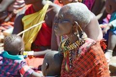 Mujeres de la tribu de Maasai con los oídos enormes y el collar tradicional, Tanzania imagen de archivo
