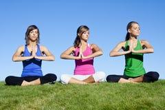 Mujeres de la yoga de la mañana fotos de archivo